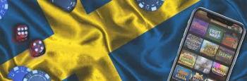 Svensk flagga i bakgrunden med tärningar, spelmarker och en smartphone med slotsspel i förgrunden